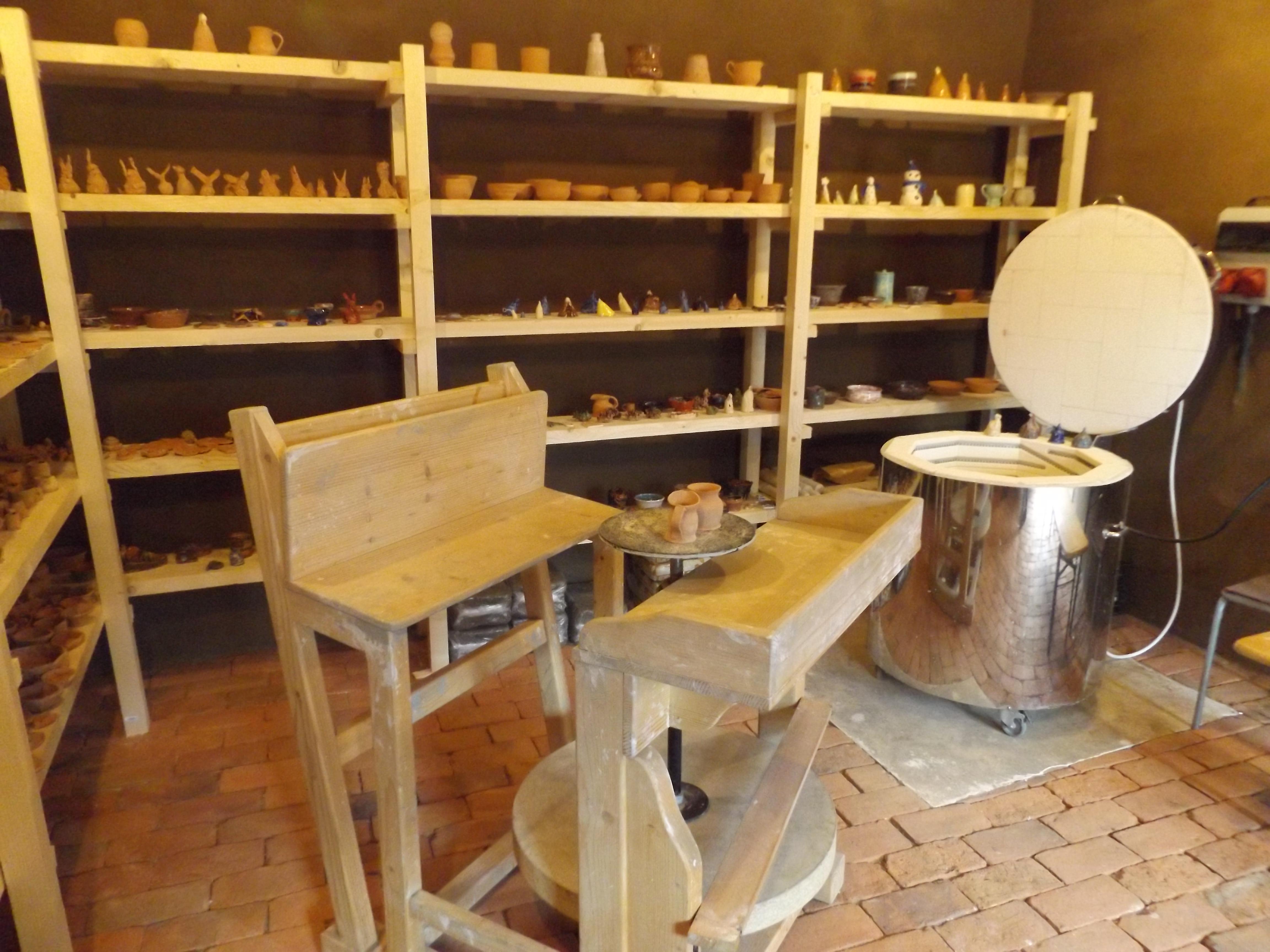 {:en}Pottery workshop{:}{:ro}Atelierul de olarit{:}